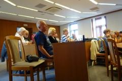 Peter Mokoš (KST KLUT Urmince) pozorne sleduje priebeh valného zhromaždenia Regionálnej rady Klubu slovenských turistov Topoľčany (RR KST TO).