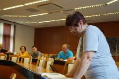 Evka Kopecká (KST Javor Bošany) ako predsedníčka kontrolnej komisii prednáša správu kontrolnej komisie.