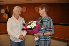 Kvety ako poďakovanie Alene Borszékovej (vľavo) odovzdáva Eva Vicelová (KST Spartak Bánovce nad Bebravou)
